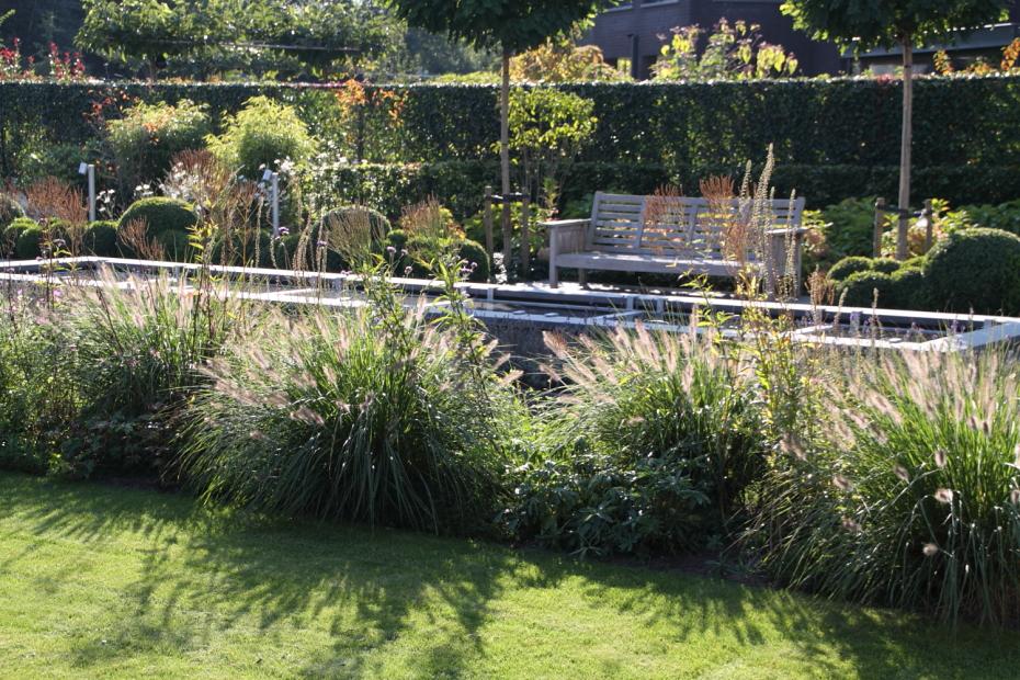 De lange vijver met dito tuinbank