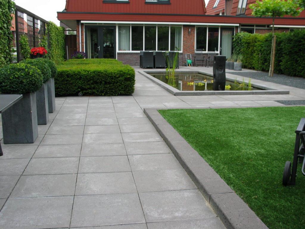 Moderne tuin aangelegd met grote vijver conceptgroen - Moderne tuin foto ...